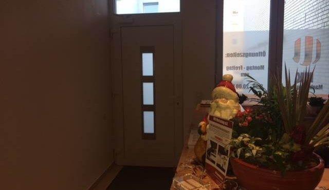 Weihnachtlich dekoriert glänzt unser Eingangsbereich.